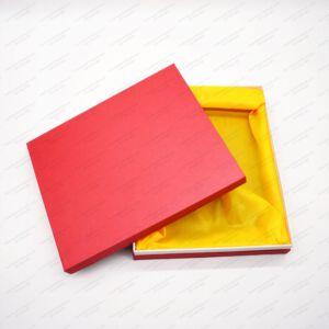 Hộp quà tặng giấy bìa cứng màu đỏ lót vải vàng